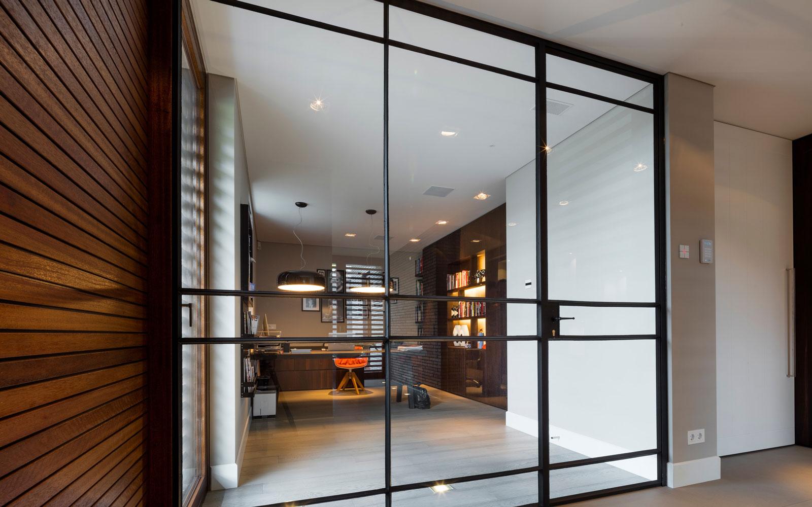 Kozijnen, De Brug Timmerfabriek Son, glazen deuren, industriële look, vloer JP Flooring, moderne villa, François Hannes