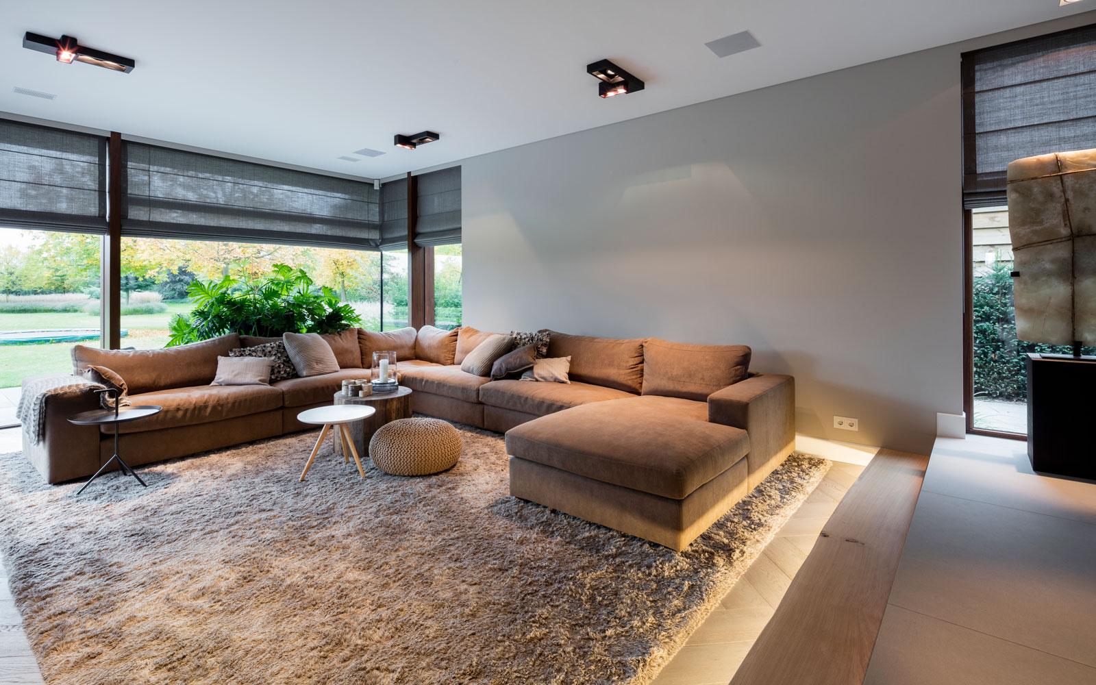 Woonkamer, living, bank, D!zit, tapijt, grote ramen, moderne villa, François Hannes