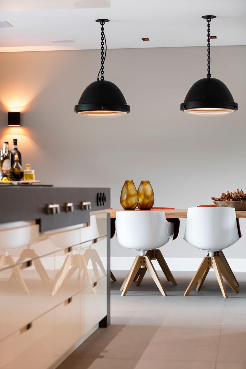 Keuken, eettafel, industriële lampen, combinatie hout, moderne villa, François Hannes