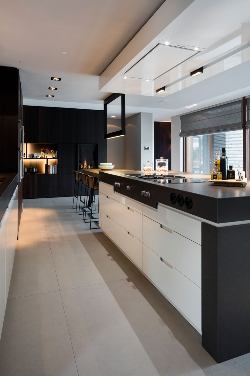 Keuken, maatwerk, custom made, kookeiland, vloer JP Flooring, akoestisch plafond, moderne villa, François hannes