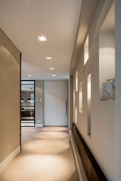 Gang, bovenverdieping, houten vloer, kastenwand, opbergkasten, moderne villa, François Hannes