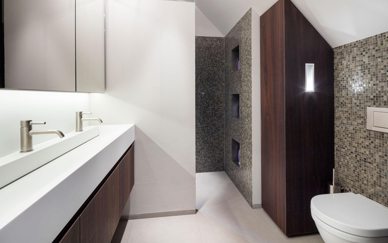 Badkamer, sanitair, Agape, wastafel, houten accenten, moderne villa, François Hannes