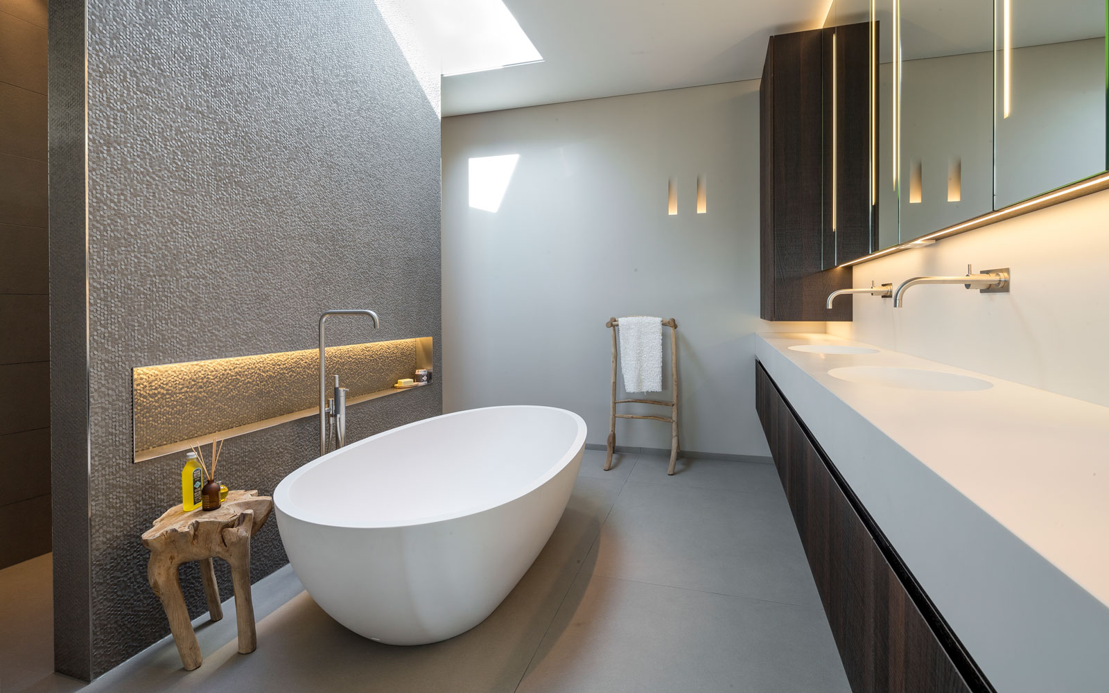 Badkamer, sanitair, vrijstaand bad, Agape, wastafel, kraan, VOLA, moderne villa, François Hannes