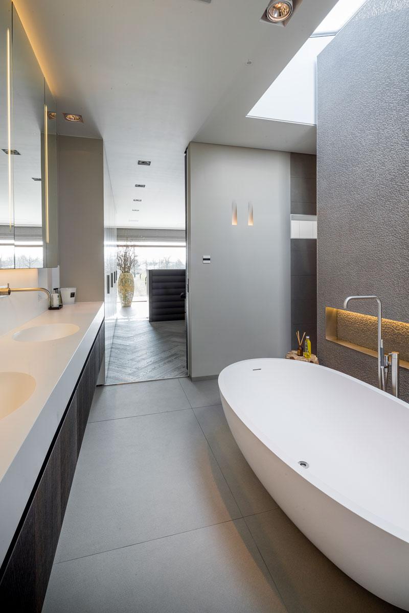 Badkamer, sanitair, Agape, wastafel, vrijstaand bad, kraan VOLA, moderne villa, François Hannes