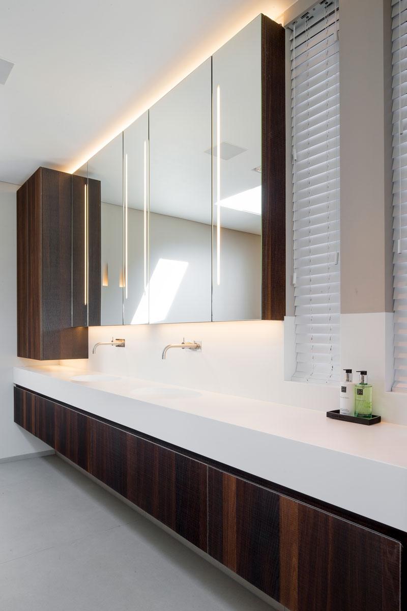 Badkamer, wastafel, houten accenten, spiegels, kraan, VOLA, moderne villa, François Hannes