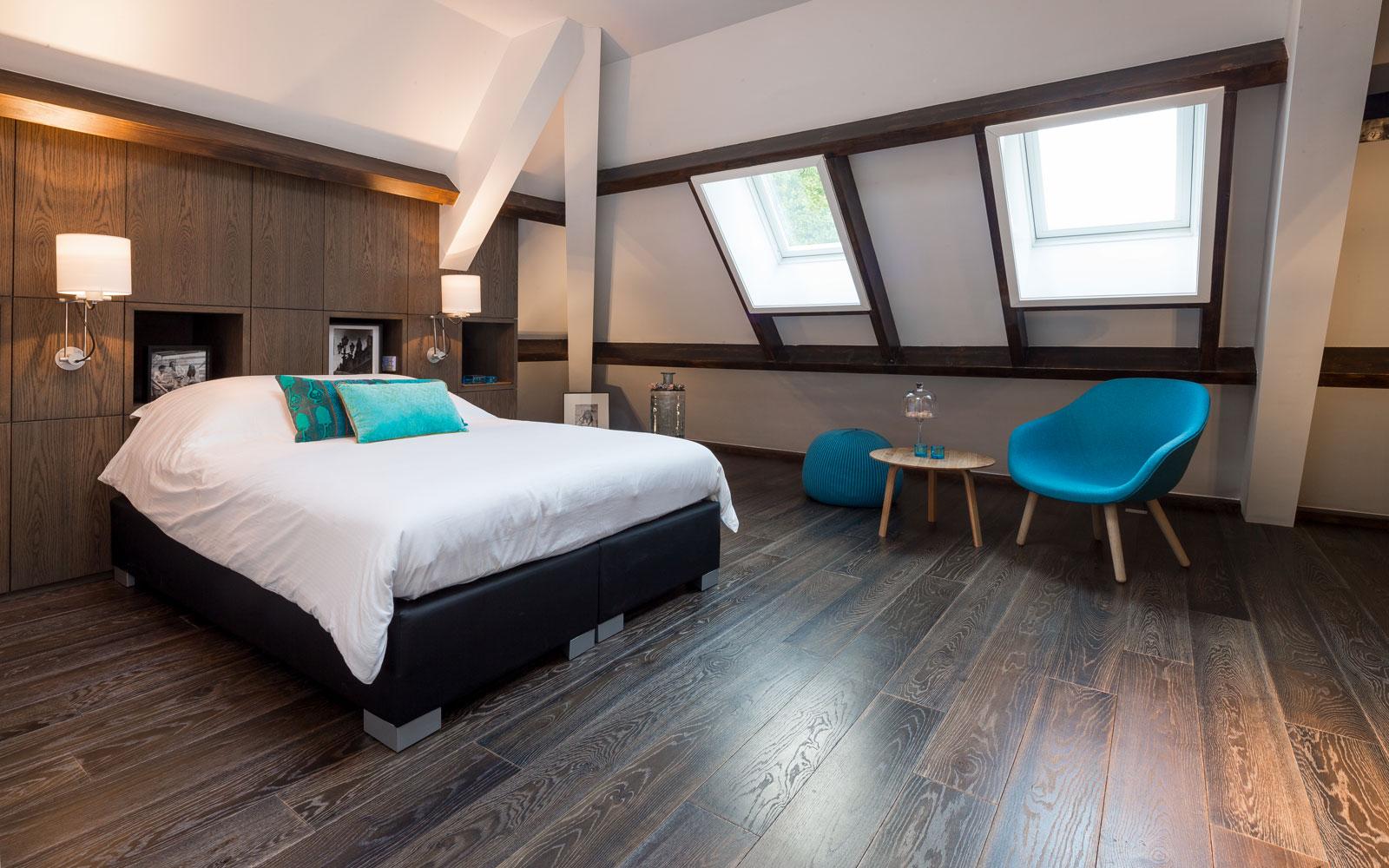 Slaapkamer, houten vloer, master bedroom, bed, schuine wand, dakraam, klassieke villa, François Hannes