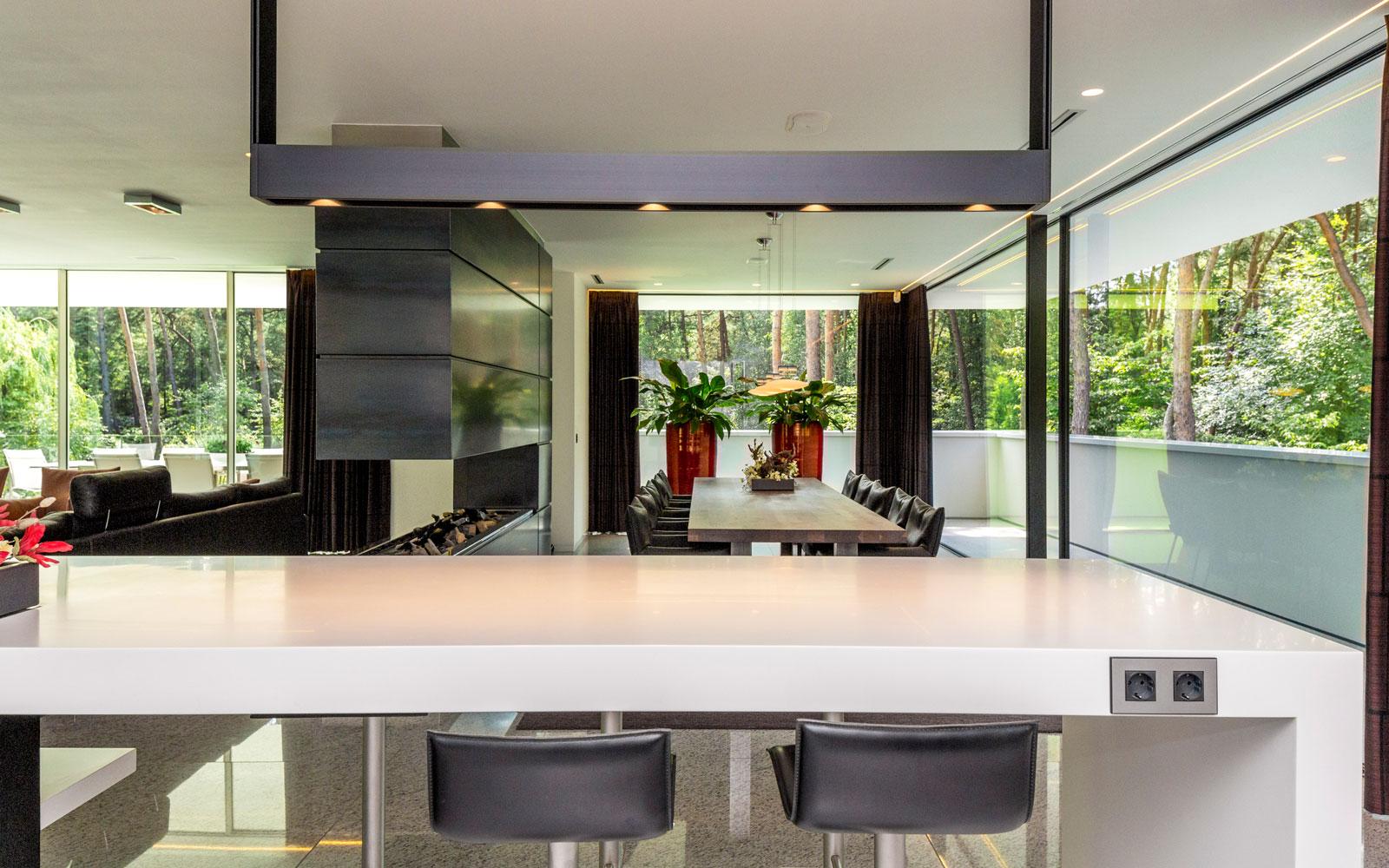 Keuken, woonkamer, open haard, Boley, grote ramen, MBH, minimalistische villa, VLCS Architecten