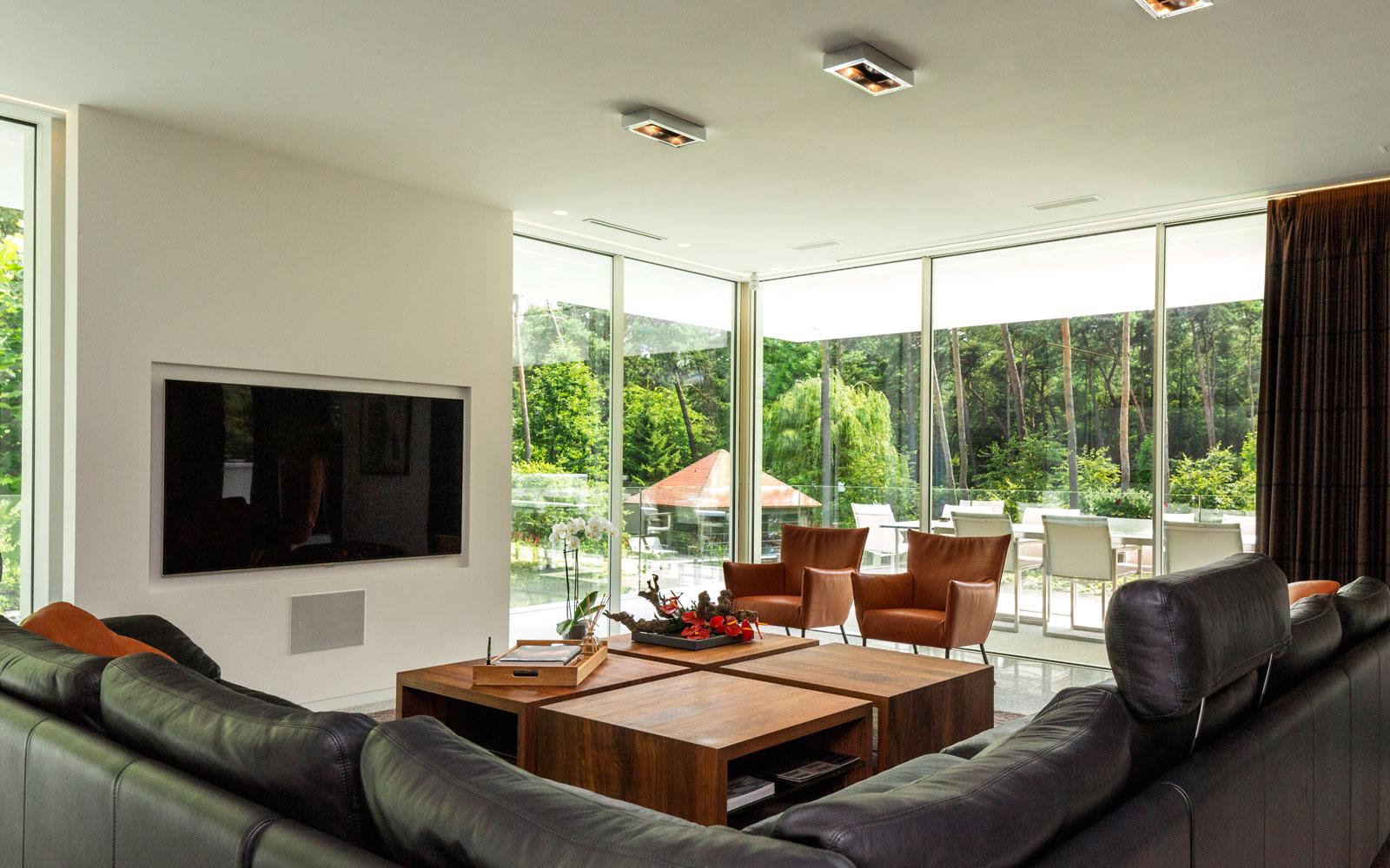 Woonkamer, hoekbank, televisie, living, zithoek, grote ramen, MHB, minimalistische villa, VLCS Architecten