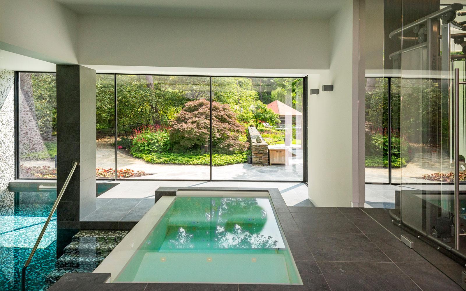 Wellness, jacuzzi, Bone interieurwerken, ontspannen, grote ramen, MHB, minimalistische villa VLCS