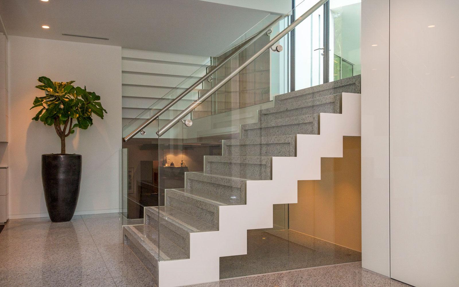 Trap, Bone Interieurwerken, glazen balustrade, split-level, minimalistische villa, VLCS Architecten