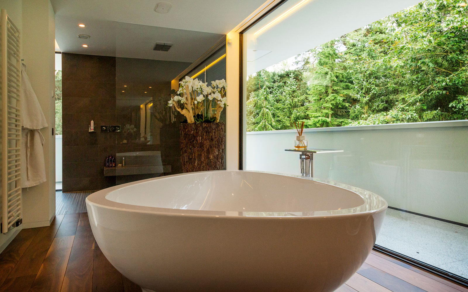 Bad, vrijstaand bad, Axor, houten vloer, Meubiflex, minimalistische villa, VLCS Architecten