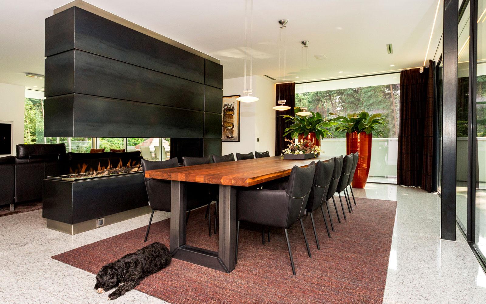 Woonkamer, eettafel, haard, Boley, grote ramen, MHB, minimalistische villa, VLCS Architecten