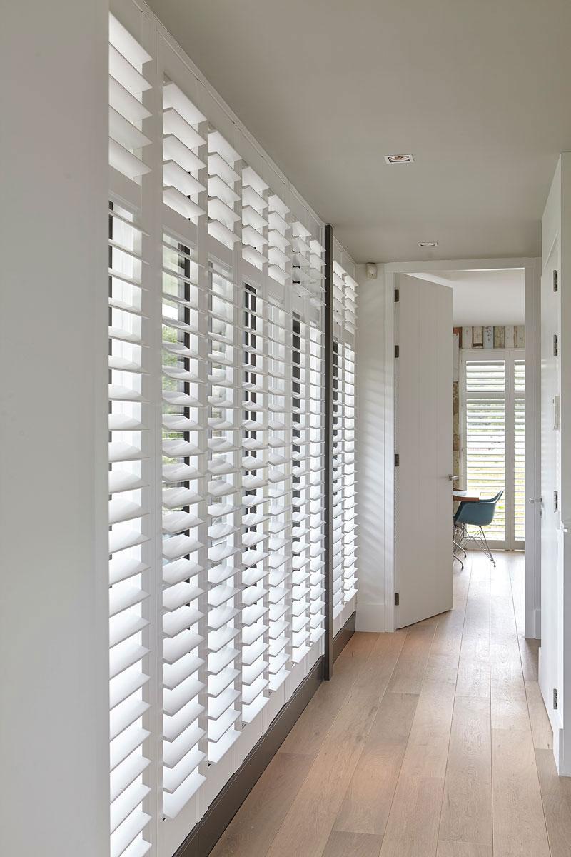 Bovenverdieping, gang, shutters RMN Shutters, onderscheidende villa, Marco van Veldhuizen