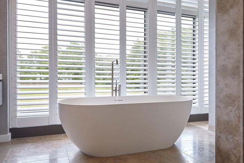 Badkamer, contrasterend, vrijstaand bad, badkuip, shutters, RMN Shutters, onderscheidende villa, Marco van Veldhuizen