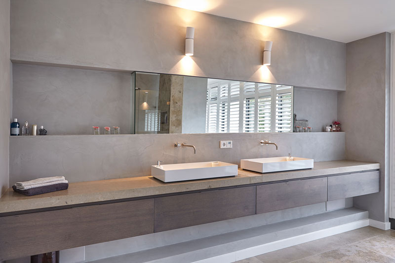 Wastafels, marmeren brug, grote spiegel, badkamer, sanitair, onderscheidende villa, Marco van Veldhuizen