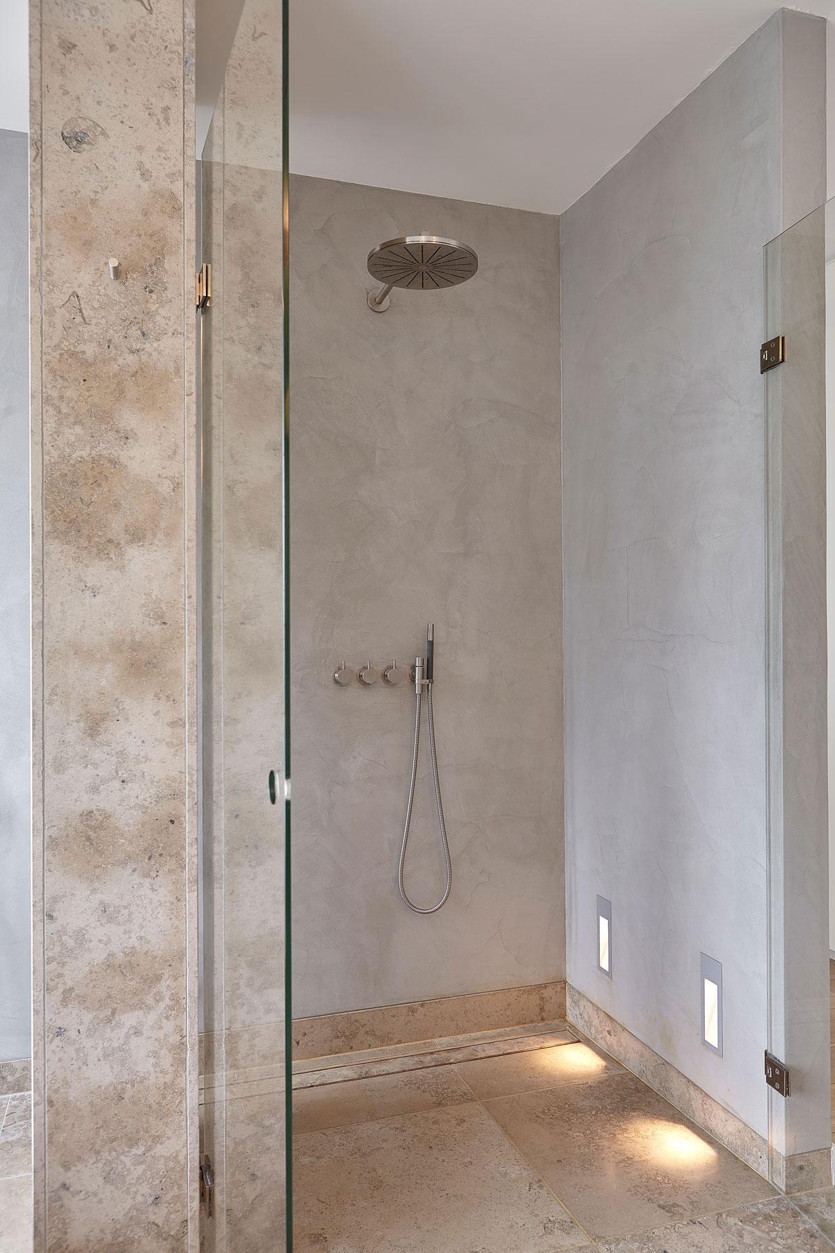Badkamer, sanitair, inloopdouche, marmer, glazen wand, douche, regendouche, onderscheidende villa, Marco van Veldhuizen