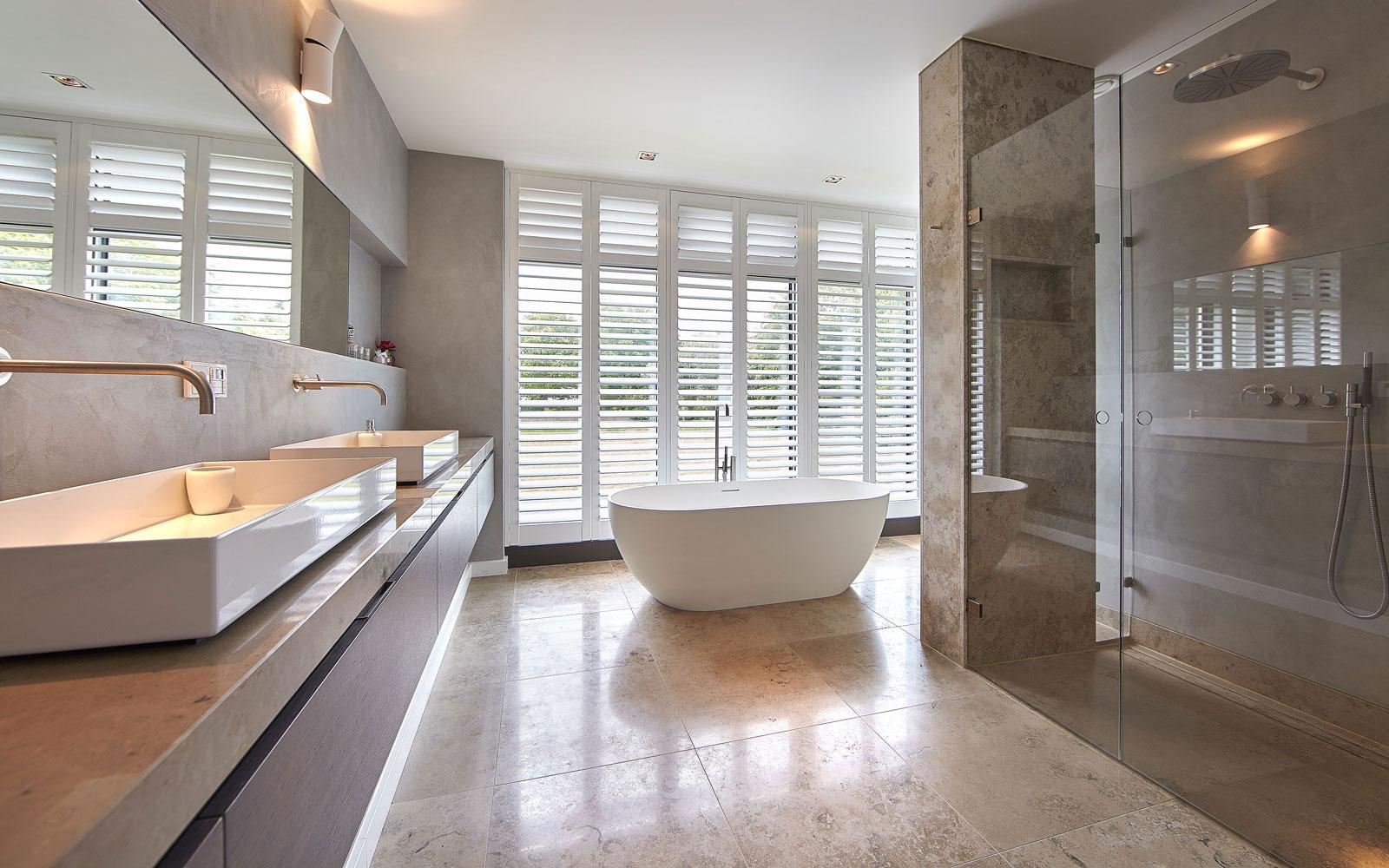 Badkamer, wastafel, marmer, RMN Shutters, vrijstaand bad, onderscheidende villa, Marco van Veldhuizen