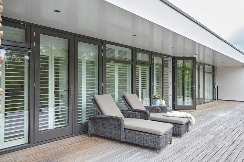 Terras, hout, overkapping, buitenmeubilair, tuinstoelen, shutters, RMN Shutters, onderscheidende villa, Marco van Veldhuizen