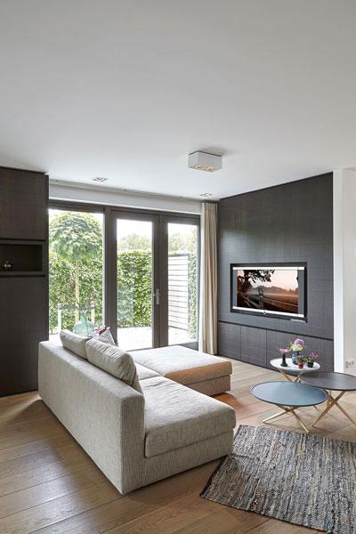 Televisiekamer, comfortabele bank, televisie, houten vloer, MW Living, onderscheidende villa, Marco van Veldhuizen