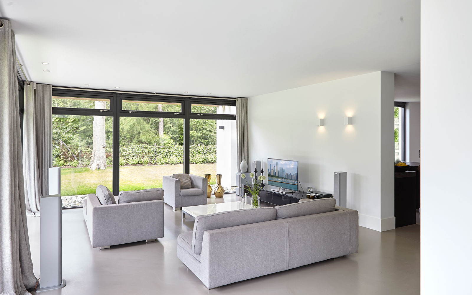 Woonkamer, lichte kleuren, living, gietvloer, grote ramen, lichtinval, tijdloos, minimalistisch, Marco van Veldhuizen