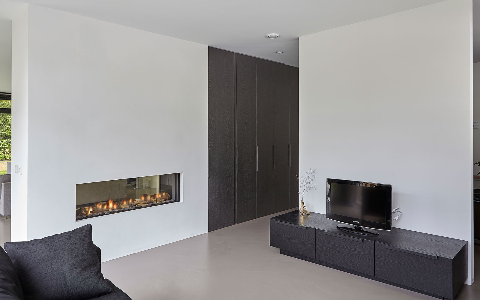 Woonkamer, open haard, sfeervol, gietvloer, donkere kleuren, televisie, minimalistisch, tijdloos, Marco van Veldhuizen