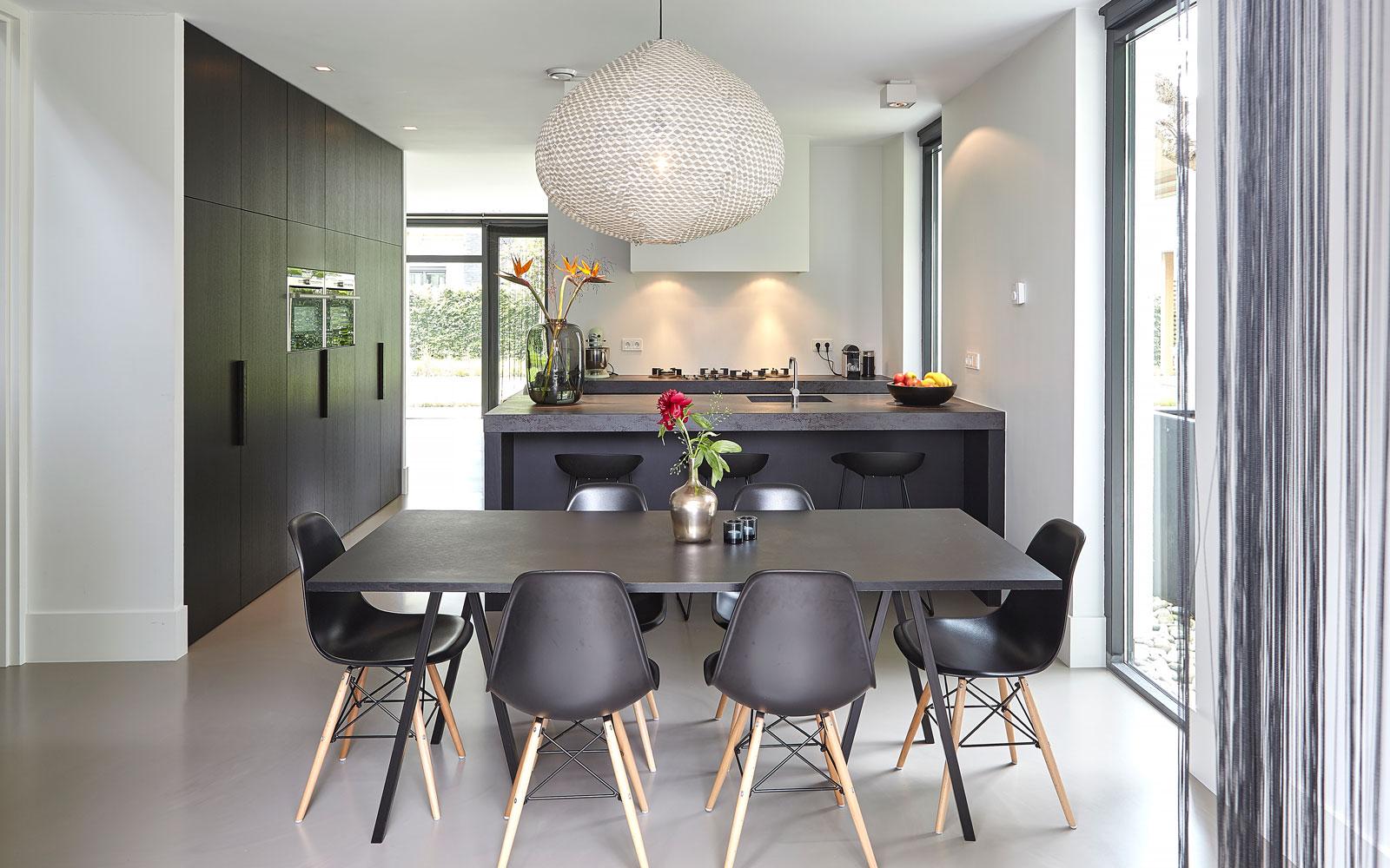 Eetkamer, keuken, eettafel, gietvloer, donkere kleuren, tijdloos en minimalistisch, Marco van Veldhuizen