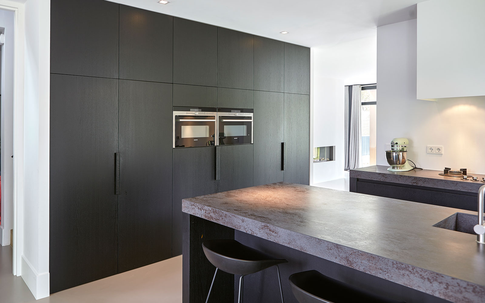 Keuken, marmer, gietvloer, maatwerk kasten, donkere kleuren, tijdloos en minimalistisch, Marco van Veldhuizen