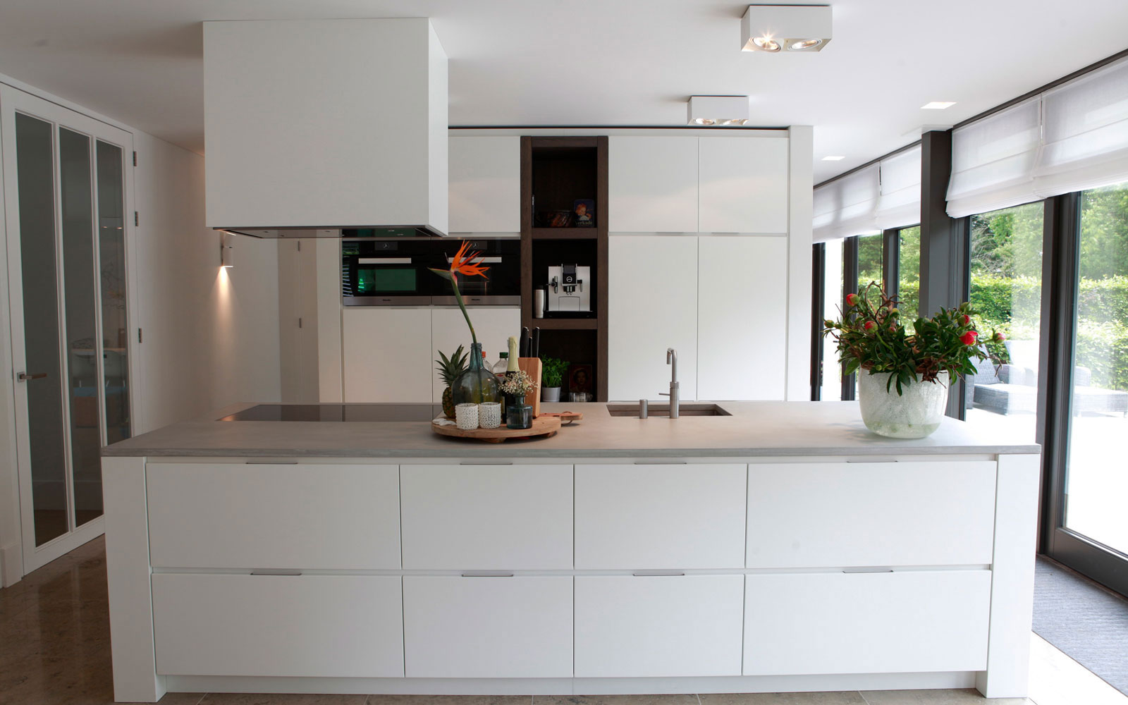 Keuken, kookeiland, maatwerk, strak en wit, afzuigkap, grote ramen, onderscheidende villa, Marco van Veldhuizen