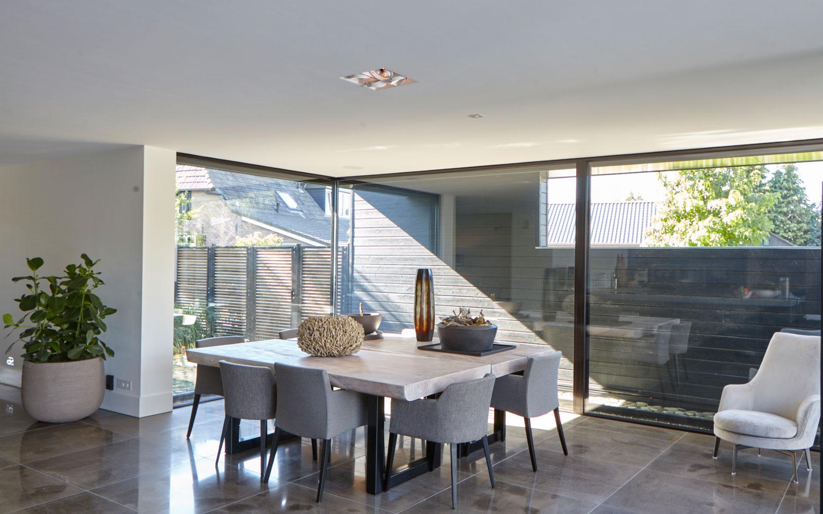 Eetkamer, leefkeuken, grote ramen, vloer, natuursteen, Revy Stone, ultramoderne villa, Bob Manders