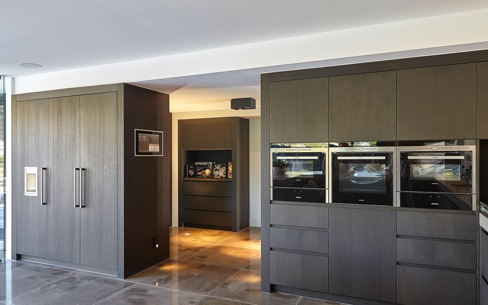 Keuken, modern, RMR Interieurbouw, maatwerk, inbouwkasten, tegels, natuursteen, Revy Stone, Ultramoderne villa, Bob Manders