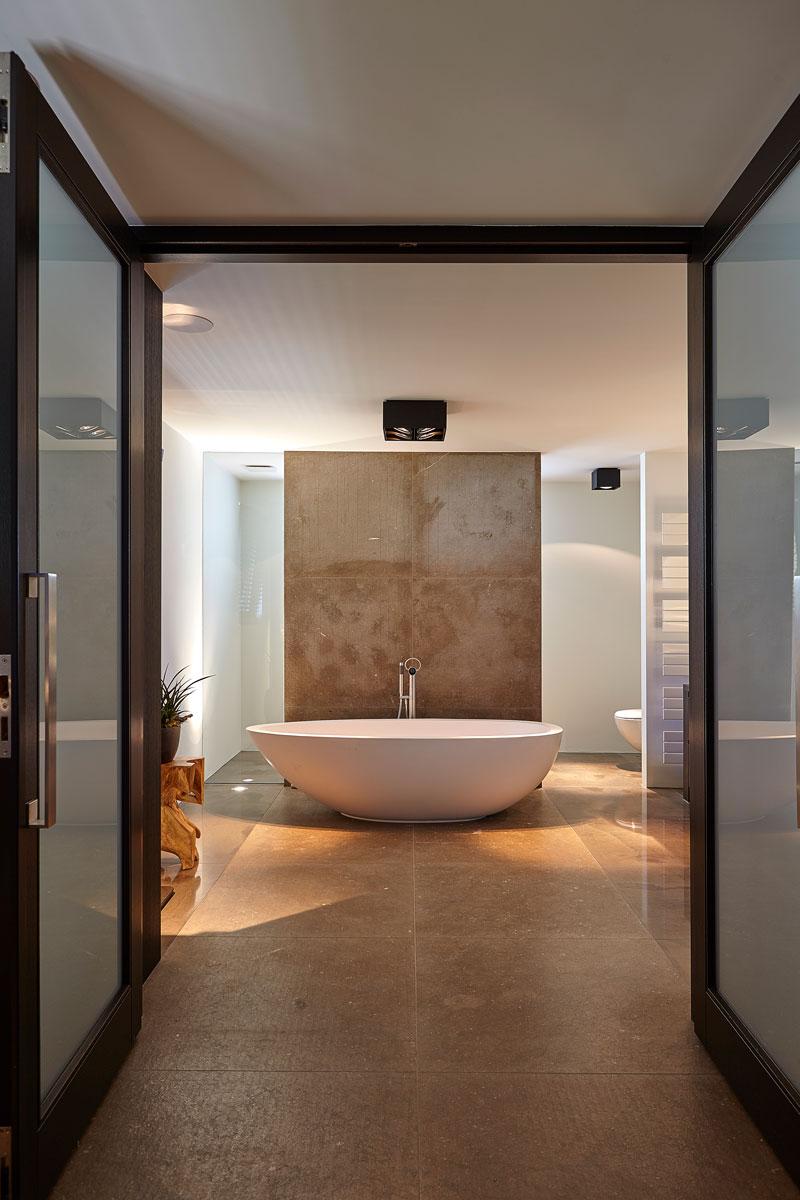 Badkamer, bad, deurbeslag, Formani, tegels, natuursteen, Revy Stone, ultramoderne villa, Bob Manders