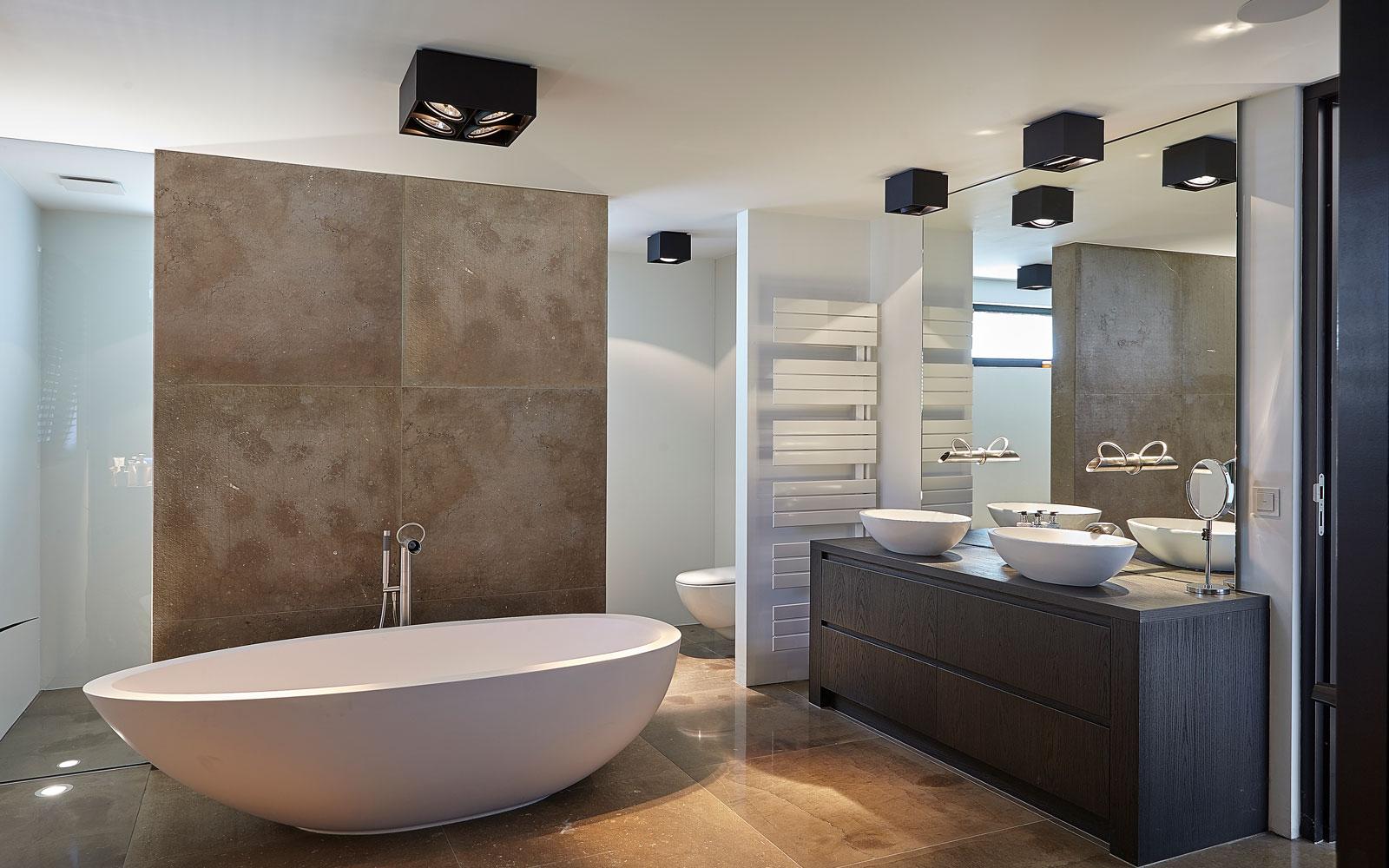 Badkamer, natuursteen, Revy Stone, vrijstaand bad, wastafel, grote spiegel, ultramoderne villa, Bob Manders