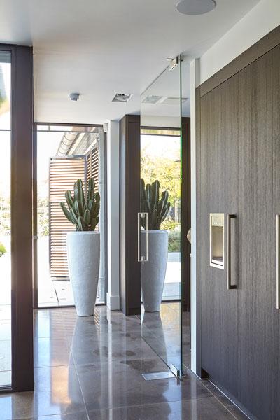 Hal, tegels, natuursteen, Revy Stone, keuken, kastenwand, maatwerk, RMR Interieur, ultramoderne villa, Bob Manders