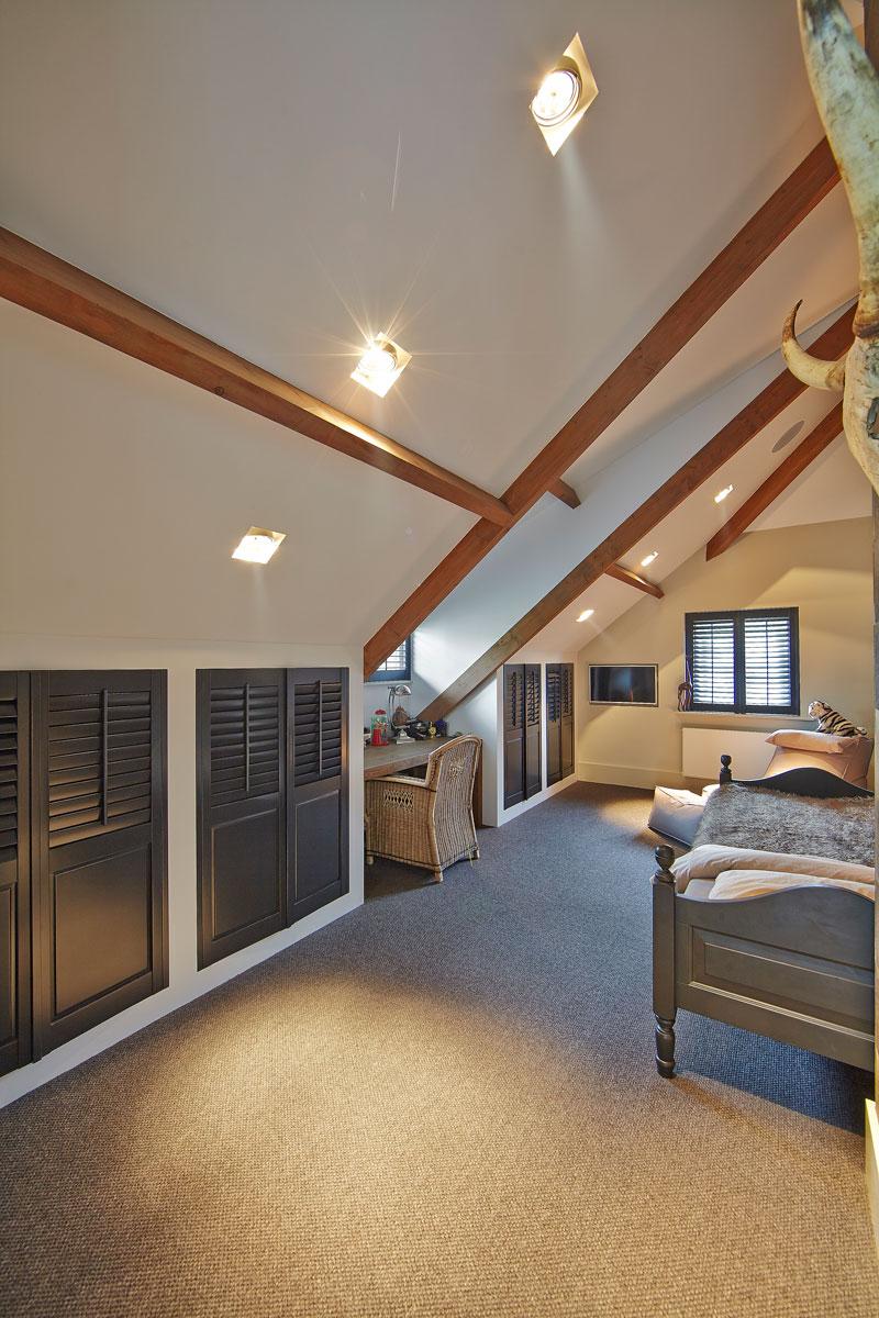 Slaapkamer, houten balken, bovenverdieping, natuurlijke materialen, bed, schuine wand, karakteristieke boerderij, Edgar Vendrig