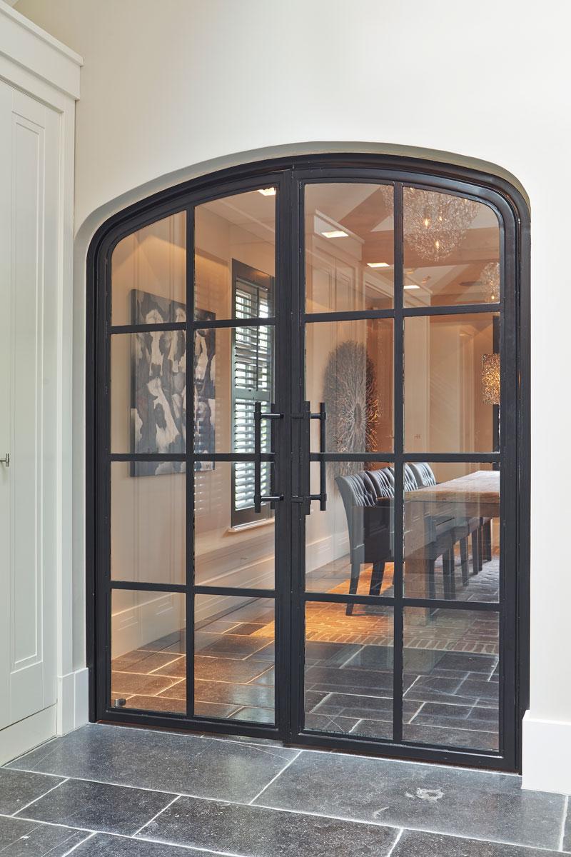 Doorkijk naar de keuken, glazen deur, natuursteen vloer, eettafel, karakteristieke boerderij, Edgar Vendrig