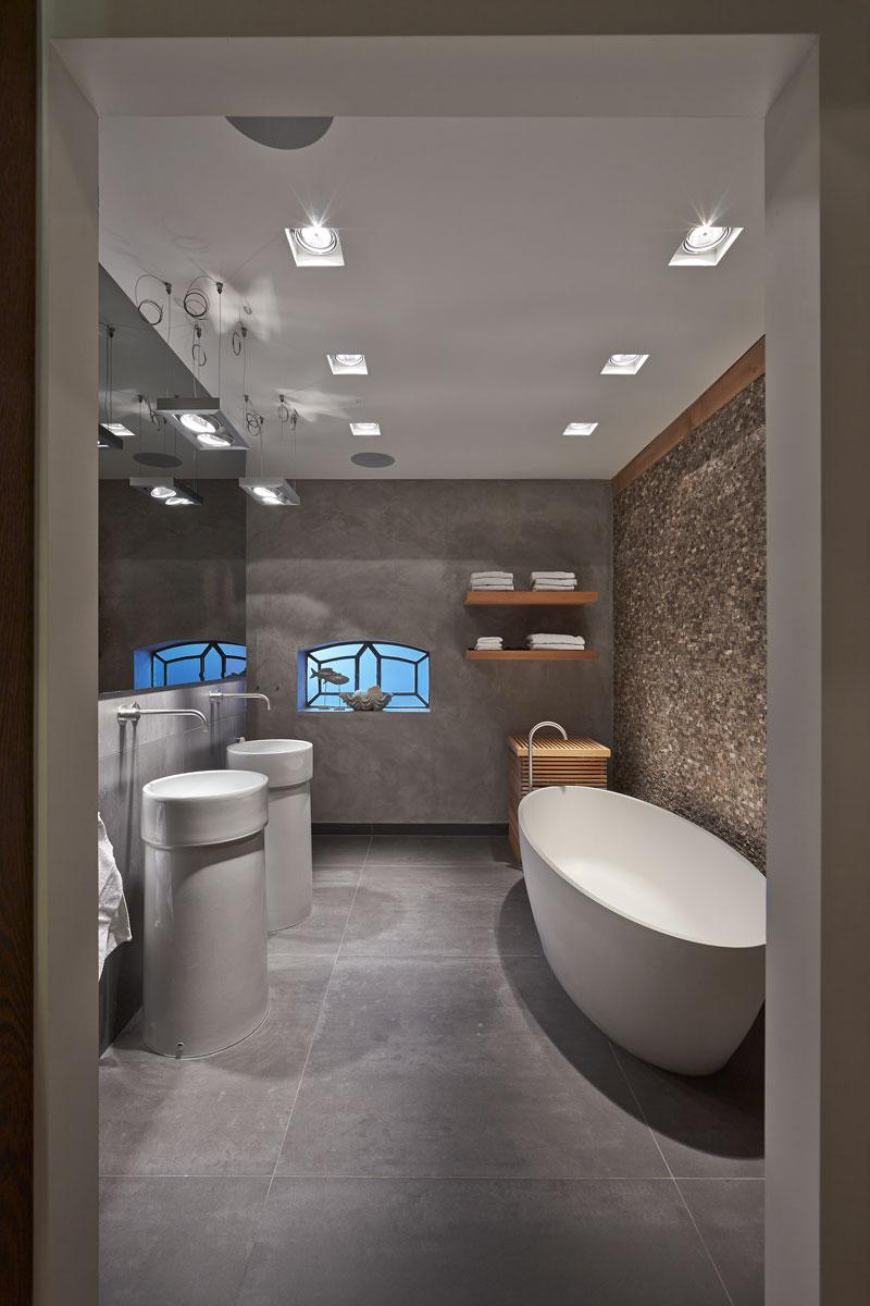 Badkamer, sanitair, natuursteen, wastafels, vrijstaand bad, Schalkwijk Tegels en Natuursteen, karakteristieke boerderij, Edgar Vendrig