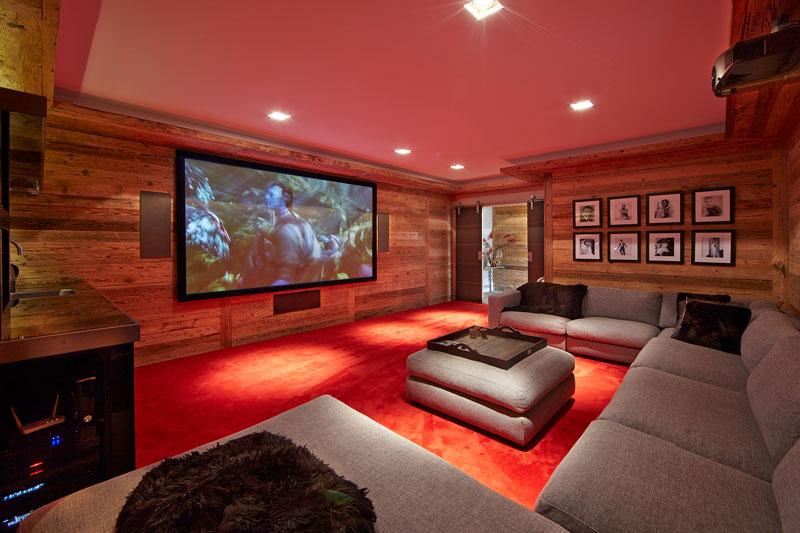 Kelder, thuisbioscoop, comfortabele bank, houten wand, grote televisie, rood tapijt, karakteristieke boerderij, Edgar Vendrig