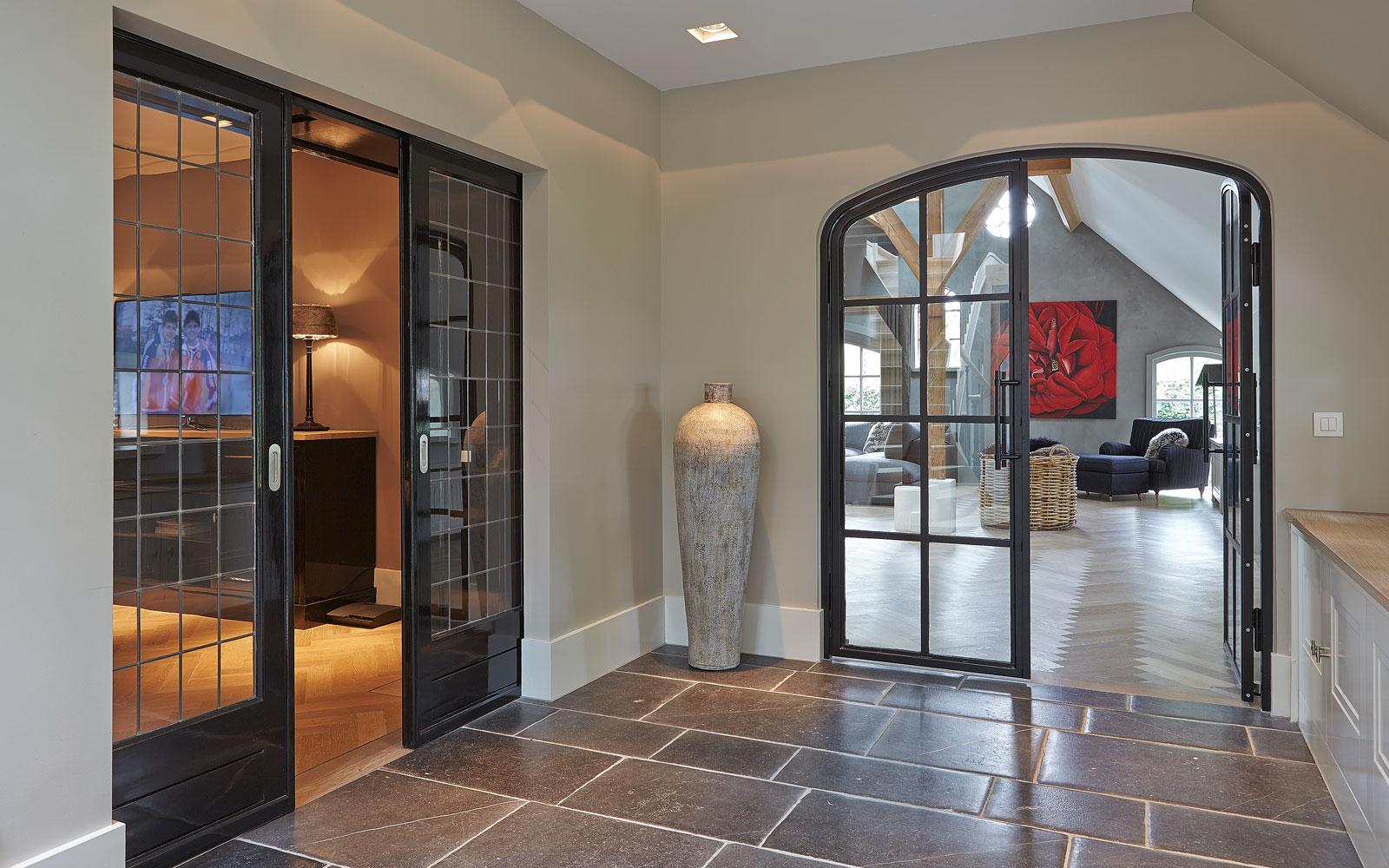 Hal, natuursteen, tegels, glazen deuren, open verbinding, karakteristieke boerderij, Edgar Vendrig