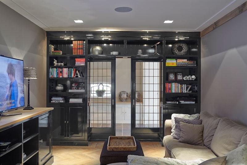 Tv kamer, zithoek, comfortabele bank, boekenkast, maatwerk, en suite deur, karakteristieke boerderij, Edgar Vendrig