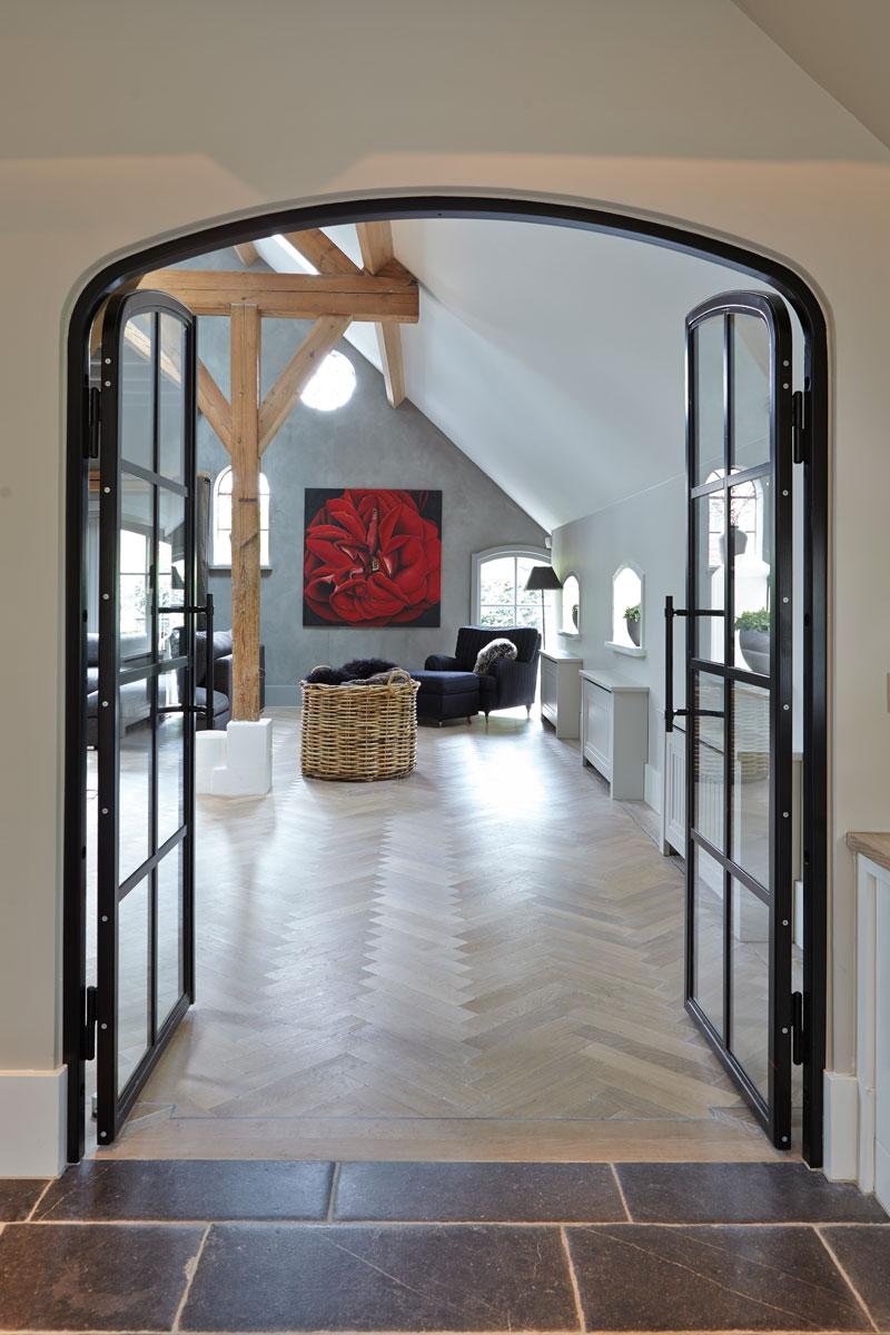 Doorkijk naar de woonkamer, glazen deur, visgraat parket, Esco Vloeren, karakteristieke boerderij, Edgar Vendrig