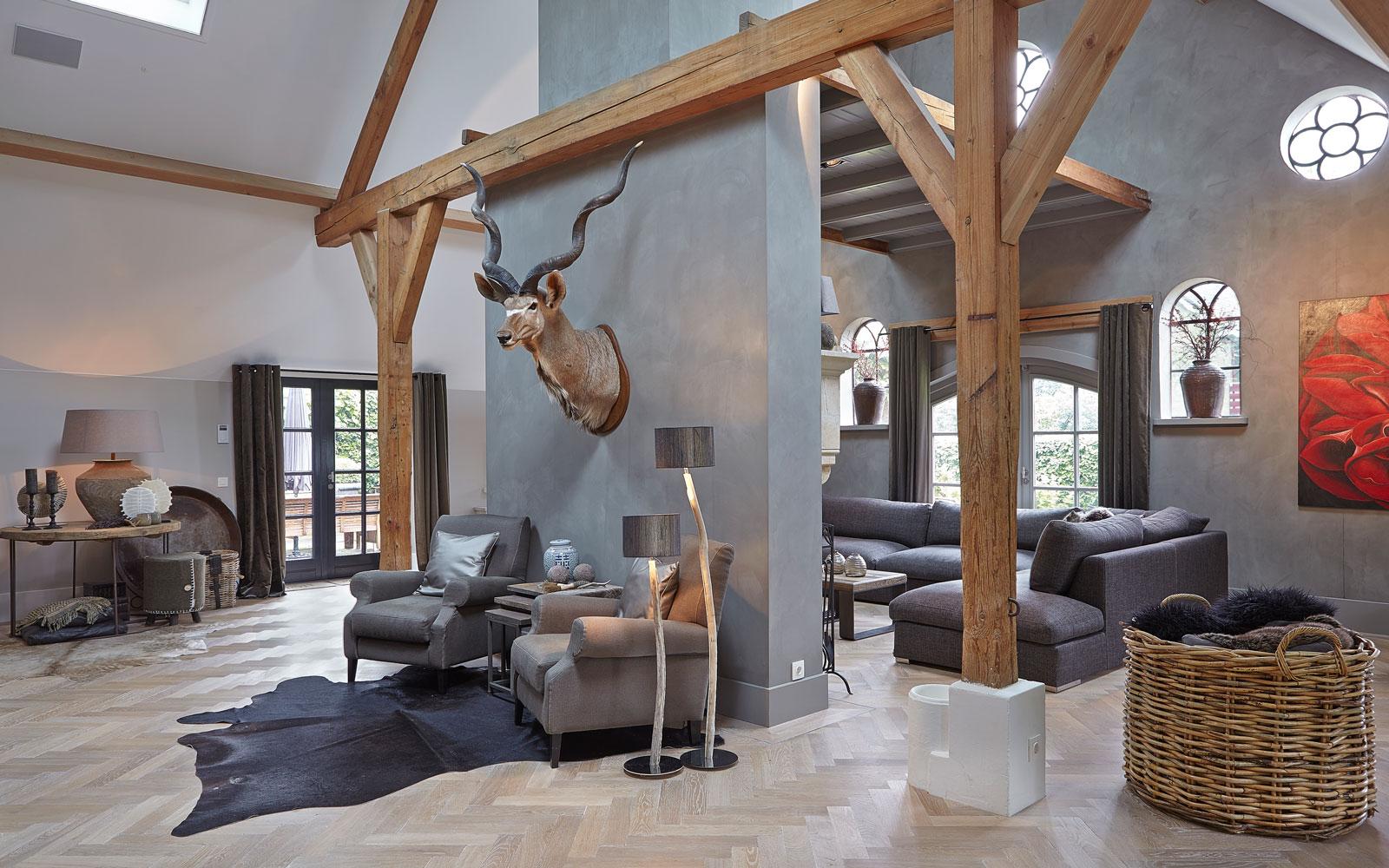 Woonkamer, houten balken, natuurlijke materialen, visgraat parket, karakteristieke boerderij, Edgar Vendrig