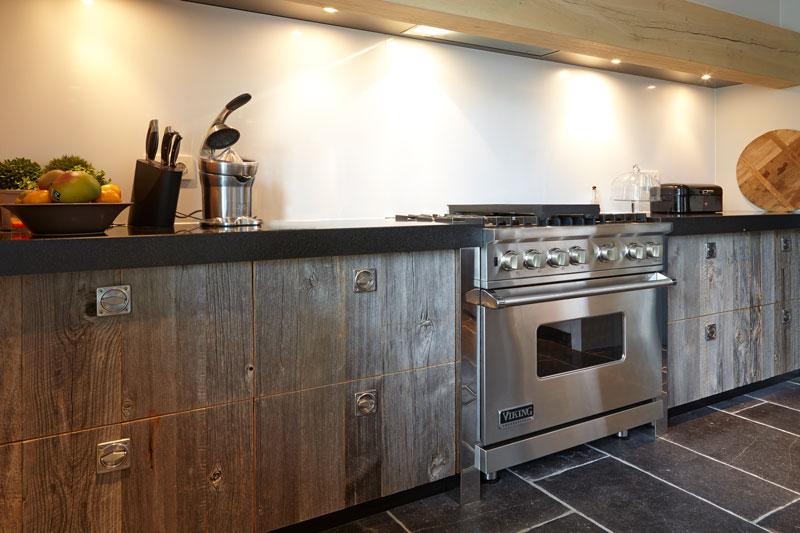 Keuken, ruim, aanrecht, natuursteen vloer, natuurlijke materialen, karakteristieke boerderij, Edgar Vendrig