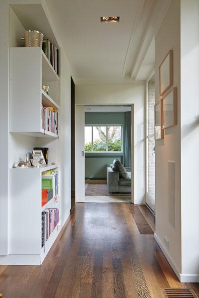 Hal, houten vloer, maatwerkkasten, boekenkast, vooroorlogse villa, De Bever Architecten