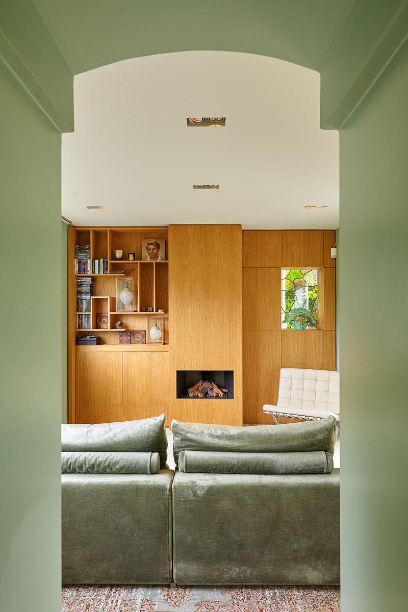 Doorkijk, groene muur, boog, haard, Boley, kastenwand, maatwerk, vooroorlogse villa, De Bever Architecten