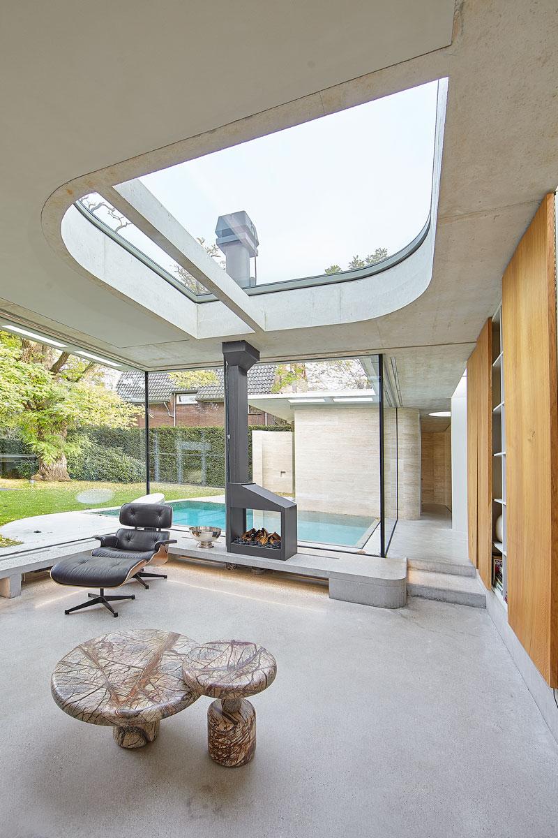 Wellnessruimte, haard, lounge chair, lichtkoepel, zwembad, vooroorlogse villa, De Bever Architecten