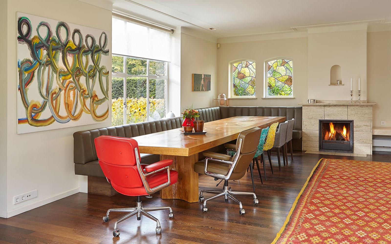 Eettafel, boomstamtafel, hout, lange bank, woonkamer, eetkamer, vooroorlogse villa, De Bever Architecten