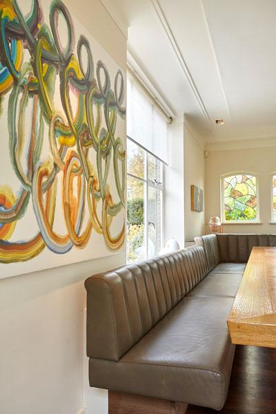 Grote bank, schilderij, houten tafel, boomstamtafel, eetkamer, vooroorlogse villa, De Bever Architecten