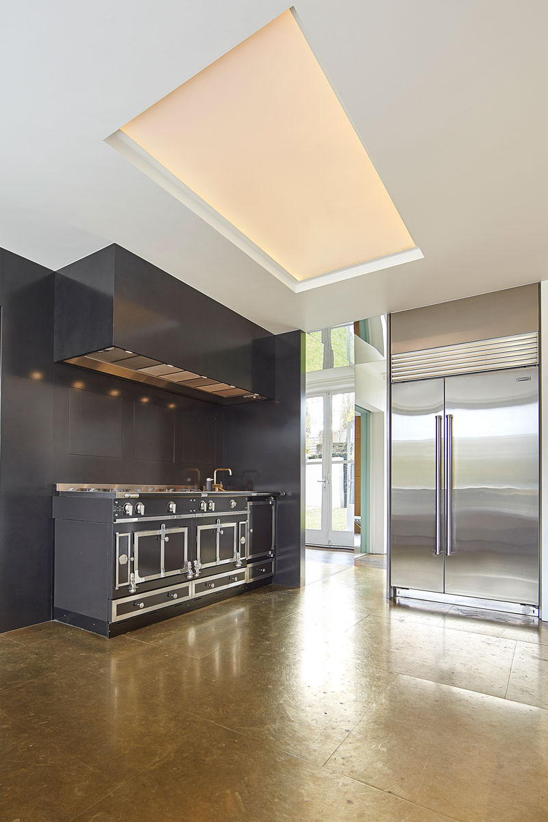 Keuken, fornuis, romantisch, Van der Plas, maatwerk, leer, messing, vooroorlogse villa, De Bever Architecten