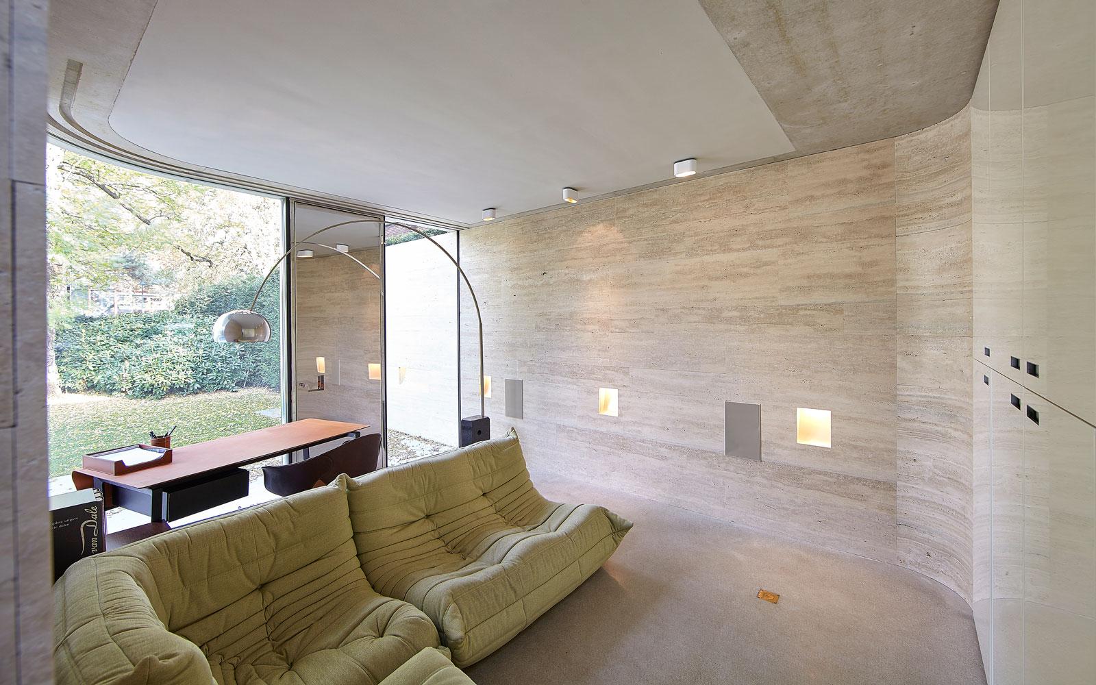 Lounge, grote ramen, daglicht, stoelen, vooroorlogse villa, De Bever Architecten