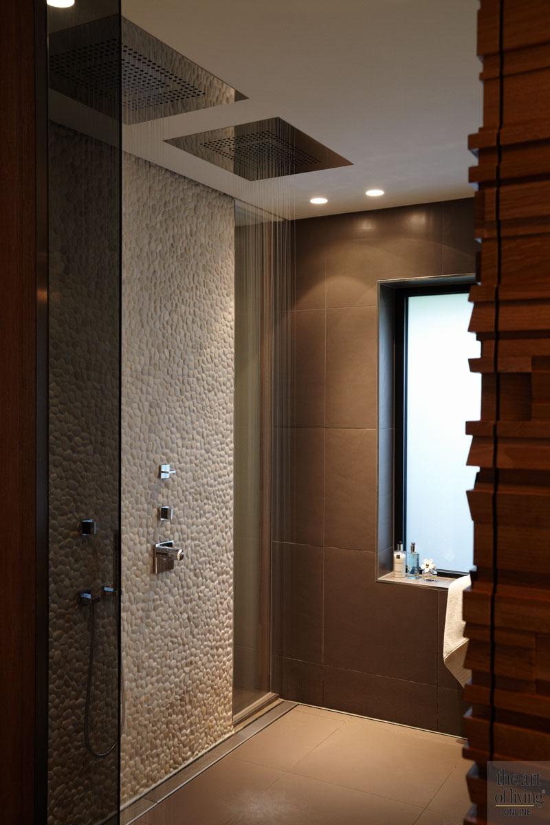Badkamer, sanitair, regendouche, hout, tegeltjes, wastafel, spiegel, extreme verbouwing, Osiris Hertman